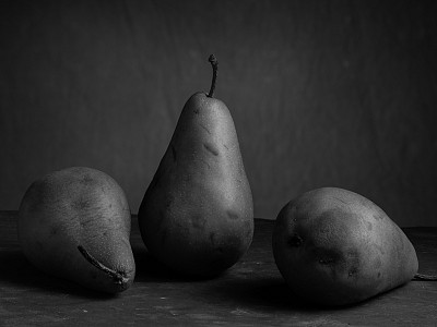06 pears in black and white